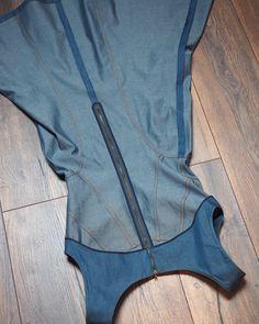 Denim Jumper, Denim Top, Dress Patterns, Sewing Patterns, Kurta Neck Design, Sewing Pants, Dress Neck Designs, Couture Sewing, Denim Fashion