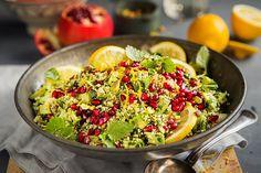 Couscoussalat med urter, granateple, pistasjenøtter og avokado