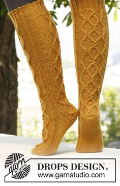 "Golden Socks - Knitted DROPS socks with cables in ""Karisma"". - Free pattern by DROPS Design Crochet Socks, Knit Or Crochet, Knitting Socks, Knitted Slippers, Crochet Granny, Knitting Patterns Free, Free Knitting, Free Pattern, Crochet Patterns"