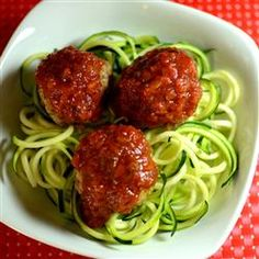 Low Carb Zucchini Pasta - Here's a good explanation of the technique. Use a spiralizer/julienne cutter for spaghetti-like noodles; a veggie peeler for wider flat noodles like pappardelle or fetuccini. No Carb Recipes, Great Recipes, Cooking Recipes, Healthy Recipes, Zucchini Pasta Recipes, Vegetable Recipes, Zucchini Noodles, Zucchini Spaghetti, Isagenix