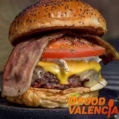 😋Mirad que pedazo burger de @thefitzgeraldco Nos volvimos crazy con ella!😍 Buff una barbaridad! Explosión de sabores de todos sus quesos🧀 y la carne a la brasa de 10! ❤ Crazy cheese burger: cuatro quesos (Cheddar, cabra, azul y mozzarella) tomate especiado, cebolla crujiente y bacon. Queso Cheddar, Mozzarella, Valencia, Carne, Hamburger, Ethnic Recipes, Food, Onion, Hamburgers