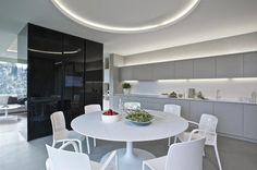 Dominantu jídelny tvoří kulatý jídelní stůl v designu společnosti De.fakto a plastové židle s područkami i bez nich (Casprini). Harmonii prostoru podporuje i originální osvětlení ve tvaru kruhu nad jídelním stolem.