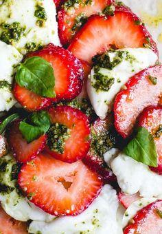 Strawberry Pesto Caprese Salad {4 ingredient recipe} partner: @californiagiant #poweredbyberries