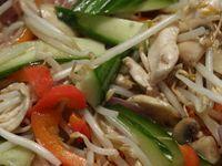 : Tjap Tjoy of Chop Suey: knapperige gewokte groenten met kip of garnalen Chop Suey, Healthy Indian Recipes, Organic Recipes, Asian Recipes, Ethnic Recipes, One Pot Meals, No Cook Meals, Suriname Food, Caribbean Recipes