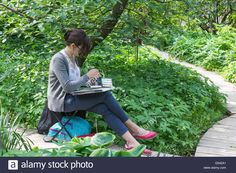 Download this stock image: Russian woman artist at work in the city park, Moscow, Russia - G542A1 from Alamy's library of millions of high resolution stock photos, illustrations and vectors.