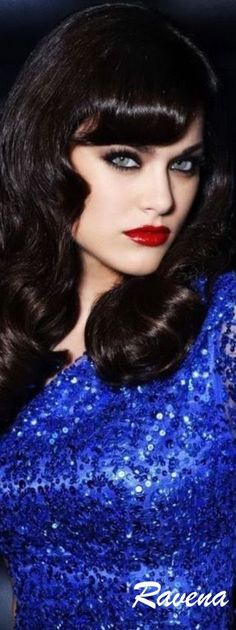 Essence of a woman Pantone, Bleu Cobalt, Winter Typ, Bleu Indigo, Love Blue, Blue Style, Brunette Beauty, Blue Christmas, Color Azul