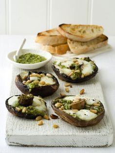 8 flinke portobello's olijfolie 2-3 el pesto, liefs vers 1 bol mozzarella, in stukken gescheurd 2 el pijnboompitten 8 sneetjes ciabatta BEREIDING Leg de portobello's in een licht met olie bestreken ovenschaal en verdeel de pesto en de mozzarella erover. Bestrooi met de pijnboompitten en zet 8-10 min onder een niet te hete grill. Als de kaas is gesmolten en begint te borrelen zijn ze klaar. Rooster intussen het brood en serveer bij de portobello's.