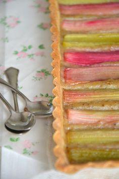 Tarte à la rhubarbe et à l'amande ~ 100% végétale http://www.lesrecettesdejuliette.fr