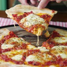 Pizza Napolitana Fácil y deliciosa, una buena pizza Casera no se le niega nadie. ¿A quién se la prepararías? Pizza Napolitana Fácil y deliciosa, una buena pizza Casera no se le niega nadie. ¿A quién se la prepararías? Healthy Pizza Recipes, Appetizer Recipes, Cooking Recipes, White Pizza Recipes, Neapolitanische Pizza, Good Pizza, Thin Crust Pizza, Pizza Food, Chicken Pizza