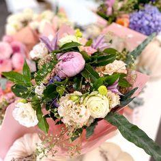 Egy bájos csokor virág, amivel feldobhatod valaki más napját, ha elküldöd neki a virágfutárunkkal vagy a sajátod is, ha beszaladsz érte hozzánk. Egy csokor szezonális meseszép virág mindig tökéletes választás minden alkalomra, legyen az egy születésnap, egy bocsánatkérés, egy csak úgy virágcsokor vagy bármi is az alkalom. Floral Wreath, Minden, Wreaths, Table Decorations, Floral Crown, Door Wreaths, Deco Mesh Wreaths, Floral Arrangements, Garlands