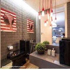 Um lavabo irreverente o toque vermelho quebrou e deu alegria as cores sombrias o subway tiles e a iluminacao deu o ar industrial ao ambiente. Amamos o projeto da @anavirginiafurlani  #lardocedecor