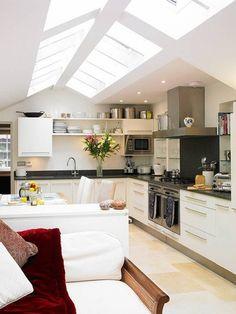 fenêtre de toit velux, cuisine moderne avec plafond sous pente
