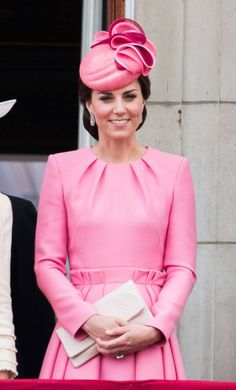 Kate in pink Alexander McQueen paperbag-waist dress for Trooping the Colour Kate Middleton Outfits, Vestidos Kate Middleton, Kate Middleton Stil, Carole Middleton, Alexander Mcqueen Kleider, Princesa Kate Middleton, Estilo Real, Princess Kate, Royal Families