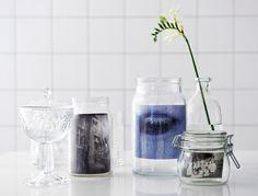 Bocaux, bouteilles et coupes en verre transparent utilisés comme cadres