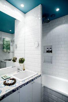 Łazienka z kolorowym sufitem
