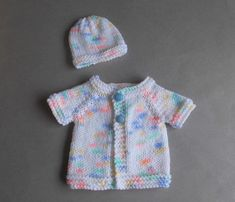This little premature baby cardi is so simple . Knitted top-down ~ and only two tiny sleeve seams to sew up. Source by Tops Baby Cardigan Knitting Pattern Free, Baby Sweater Patterns, Knit Baby Sweaters, Baby Hats Knitting, Baby Patterns, Crochet Patterns, Beanie Pattern, Free Knitting, Preemie Clothes