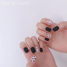 Want some ideas for wedding nail polish designs? This article is a collection of our favorite nail polish designs for your special day. Nail Design Stiletto, Nail Design Glitter, Diy Nails, Cute Nails, Pretty Nails, Manicure Colors, Nail Polish Colors, Wedding Nail Polish, Classic Nails