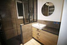 Rénovation entière d'une salle de bain. Travaux réalisés par Bains Douches & Co. Rénovation totale de la salle de bain avec verrière sur-mesure.