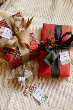 How to Get Your Holiday Gifts in Order - Cottage style decorating, renovating and entertaining Ideas for indoors and out - Wrap your Christmas gifts in patterns and solids of similar colors to coordinate a lovely sight unde - Diy Christmas Gifts For Family, Christmas Gift Baskets, Christmas Mood, Christmas Gift Wrapping, Simple Christmas, Christmas Presents, Holiday Gifts, Christmas Decorations, Holiday Ideas