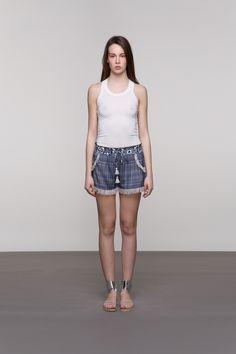 KRATKE SVILENE HLAČICE Nezaobilazne za vrućina, ove hlače obvezan su dio svakog mladenačkog stylinga. Izrađene su od fine svile, a detalji poput špagice i resa daju im upečatljivost i poseban šarm. Nosite ih uz A'marie potkošulju ili neku od tunika sličnih detalja i boja.
