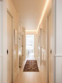 Pasillo blanco con luz led en el techo y alfombra kilim_411704 Entryway Bench Storage, Bench With Storage, Long Hallway, House Entrance, Interior Design Living Room, Master Bedroom, Sweet Home, Home Decor, Ideas Decoración