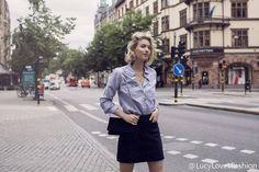 三个提升着装高级感的技巧。1.加入一些金属细节,金色最好。(金色的首饰或者金色的手表。)2.使用较深的色调。(深色调可以隐藏细节,看起来更有质感,平价的深色的裤子和裙子有时会被误认为是设计师品牌。)3.选择更奢华的质地。(麂皮、或者人造fur。)