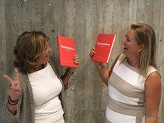 Två stolta författare till Tonårsboken, med hopp och inspiration för tonårsföräldrar, köps på Bokus.se