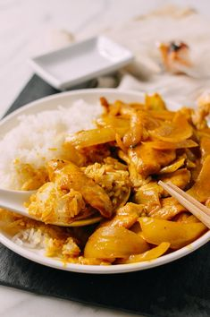 This takeout-style chicken curry uses only a handful of ingredients––many of which you probably already have in your pantry. Add carrot, green pepper and garlic Indian Food Recipes, Asian Recipes, Ethnic Recipes, Chinese Curry Sauce, Soy Sauce Chicken, Quick Chicken Curry, Takeout Restaurant, Zucchini, Curry Dishes