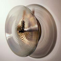 Le fin filetage du motif Wrap en verre diffuse doucement la lumière. MONTRÉ W ...,  #diffuse #doucement #filetage #lumiere #montre #motif #verre