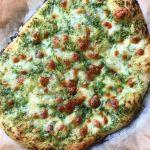 Hvidløgsbrød som pizza Bread Baking, Mozzarella, Finger Foods, Vegetable Pizza, Italian Recipes, Quiche, Food To Make, Buffet, Food And Drink