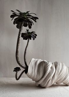 Working under the pseudonym Zhu Ohmu, Melbourne ceramicist Rose Wei makes striking organic decorative vessels, created entirely using coiled clay. Ceramic Clay, Ceramic Plates, Ceramic Pottery, Slab Pottery, Ikebana, Design Blog, The Design Files, Design Design, Sculptures Céramiques