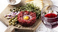 Steak tartare, an unforgettable appetizer worthy of savoring in Burgundy. Steak Tartare, Cobb Salad, Appetizers, Fresh, Breakfast, Ethnic Recipes, Burgundy, Gourmet, Morning Coffee