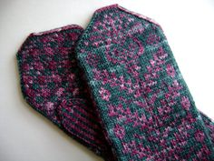Gorgeous pattern. Love it with thumb knit in main color.