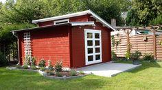 Pultdach-Gartenhaus in Schwedenrot und Weiß in einem gemütlichen Garten. Umgeben von einer Terrasse und einem farblich passenden Zierbeet.