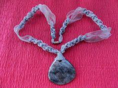 Collar de macramé de gasa con piedra semipreciosa. www.singularts.es