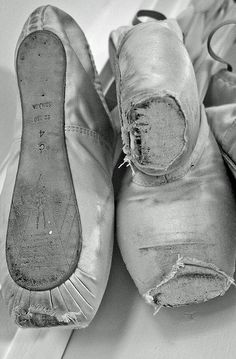 Worn out pointe shoes, ballet sko, photo, black and white