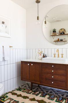 An Interior Designer& Eclectic Coastal Mid-Mod Reno: gallery image 33 Mid Century Modern Bathroom, Modern Bathroom Tile, Small Bathroom, Bathroom Closet, Bathroom Photos, Bad Inspiration, Bathroom Inspiration, Home Interior, Bathroom Interior