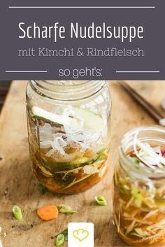 Eine leckere asiatische Nudelsuppe mit einer angenehmer Schärfe heizt dir an kalten Tagen richtig schön ein!  Kimchi (fermentiertes Gemüse, in der Regel Chinakohl) bekommst du übrigens fix und fertig eingelegt im Asiamarkt.