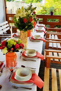Przyjęcie imieninowe z kolorem przewodnim Living Coral | Koral Biel Złoto | Nakrycie stołu | Stół na imieniny |