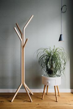BEEN / hanger /Coat Rack permanent vacht boom Tree Coat Rack, Coat Tree, Coat Racks, Coat Hanger Stand, Hanger Rack, Cool Furniture, Furniture Design, Pipe Furniture, Garderobe Design