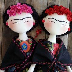 Boneca Frida Kahlo, feita em tricoline 100% algodão.    Dua bonecas disponíveis.  Uma de flores na cor rosa e a outra na cor vermelha.    Os vestidos de cada uma são com estampas diferentes.    É só comprar que enviarei o seu pedido no próximopagamento, após a confirmação do pagamento.    Boa com...