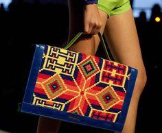 Una creazione Marta Arredondo African Accessories, Embroidered Bag, Handmade Handbags, Tapestry Crochet, Bargello, Weird And Wonderful, Daily Fashion, Diy Bags, Purses