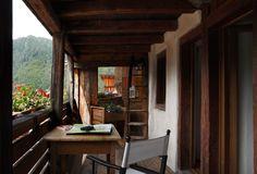 Appartamento su due piani, al piano terra, con entrata dalla bella corte, si trova la cucina ricavata nel vecchio e originale ambiente. Un grande tavolo e il piano cottura modernissimo...