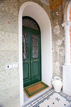 Porta di ingresso bicolore verde e bianco ad arco con - Porte con arco ...