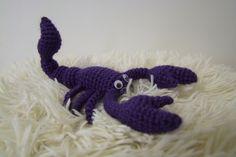 Štír Ručně háčkovaný Štír Lze dle libosti polohovat. Je vyroben s akrylu. Výplň: duté vlákno. Doplňky: plastové pohyblivé oči. Délka cca 20 cm. Dinosaur Stuffed Animal, Crochet, House, Animals, Ideas, Chrochet, Animales, Animaux, Crocheting