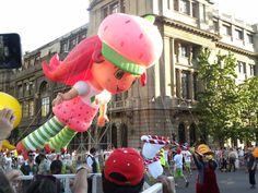 Personaje: Fresita  Actividad: Paris Parade 2012  Lugar: Santiago.Chile.  Desfile Navideño