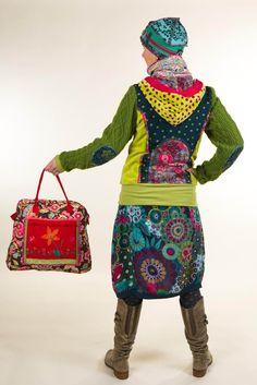 La Ropería: Tienda de ediciones limitadas de ropa para mujer, ropa para hombre, accesorios, joyas y zapatos. Producen también pequeñas colecciones de ropa para mujer, hechas con materiales exclusivos y acabados impecables. Los armarios de La Ropería siempre están abiertos al público de lunes a Sábado, de 11am a 8pm. Tel: 3478663 Cra 7 No. 54A-48 Bogotá