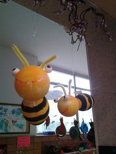 Piepschuim ballen en eieren omgetoverd tot bijen.