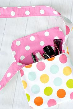 Make this quick and easy bag with this messenger bag tutorial and pattern. Great for kids or as a small hand bag.