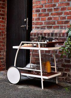 Un carrito en el jardín con todo lo que necesitas te asegura no tener que hacer 20 viajes a la cocina.